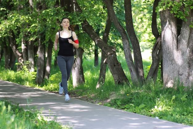 야외 공원에서 여자 스포츠 실행