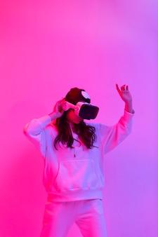 Donna in abiti sportivi utilizzando occhiali per realtà virtuale
