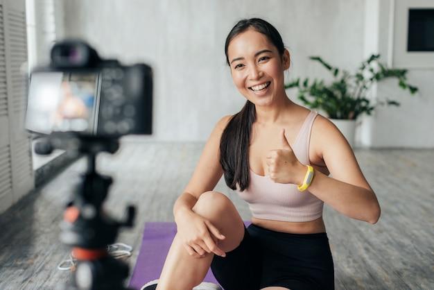 Donna in vlogging di abbigliamento sportivo