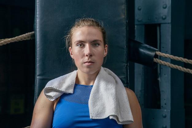 トレーニング後に休む女性スポーツ選手