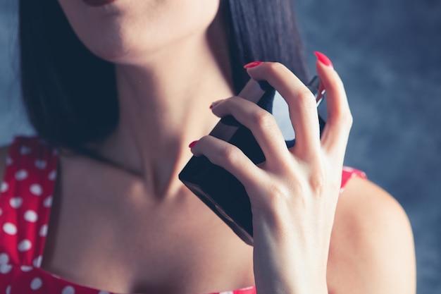 여자는 그녀의 목에 향수를 뿌린다