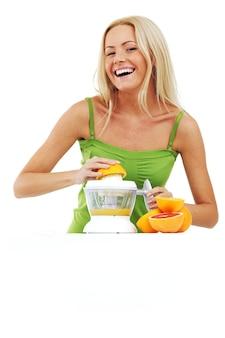 女性がジュースを絞る