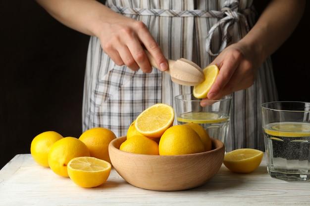 レモンを絞る女性