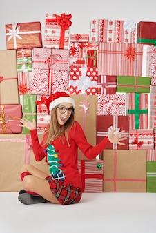 Donna e pila di regali di natale