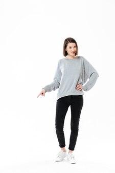 Женщина, стоя и указывая пальцем на копией пространства
