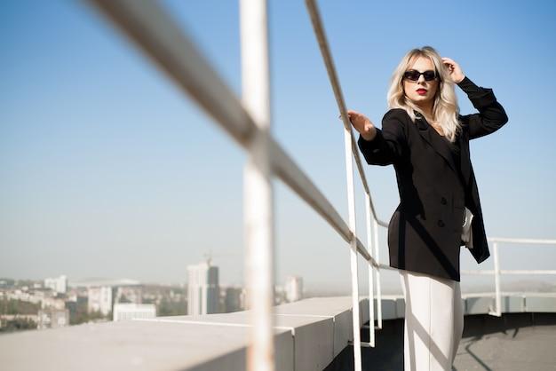 晴れた秋の日に屋上に立っている女性。