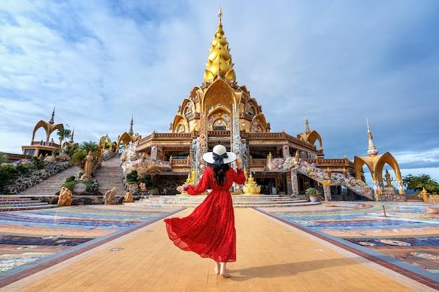 태국 khao kho phetchabun의 wat phra that pha son kaew 사원에 서있는 여자.