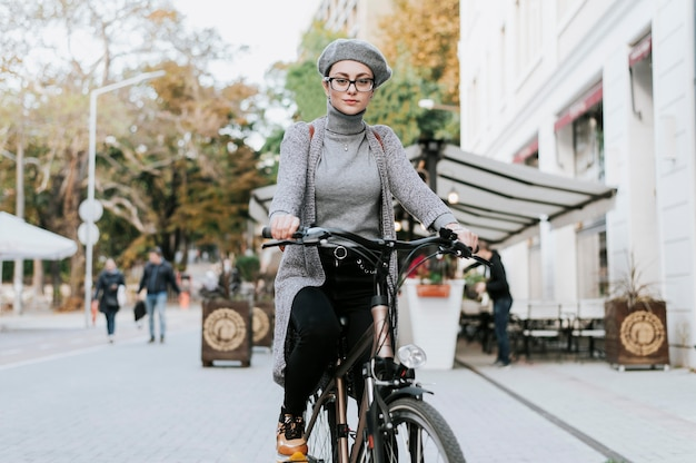 Donna in piedi sul colpo lungo della bicicletta