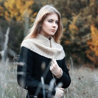 Женщина, стоящая в поле осенью