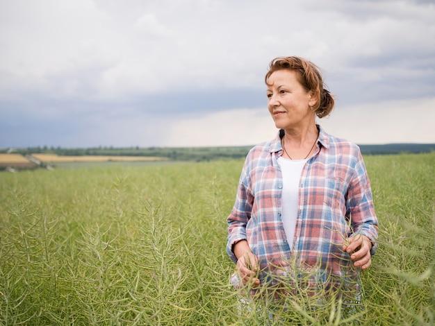 Женщина, стоящая в поле с копией пространства