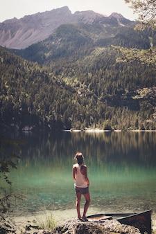 Женщина, стоящая перед водоемом