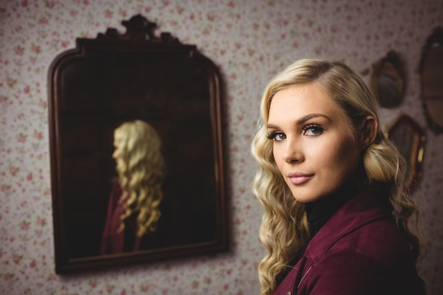鏡の前に立っている女性