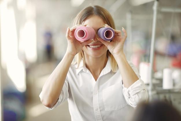 Женщина стоит на фабрике с резьбой Бесплатные Фотографии