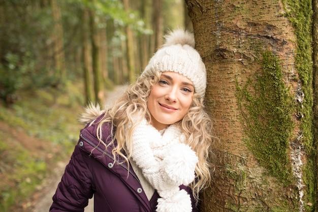 森の中に立っている女性