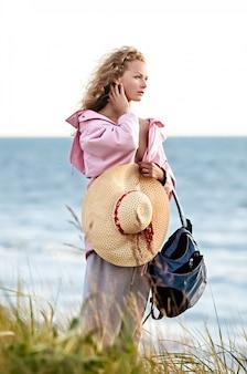 바다 근처 해변에 서있는 여자