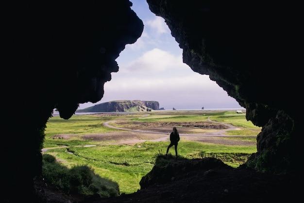 낮 동안 암석에 서있는 여자
