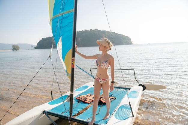 Женщина, стоящая на парусниках. парусная яхта, регата