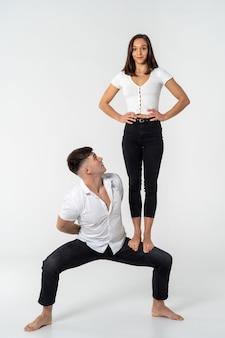 Женщина, стоящая на коленях мужчины с белым