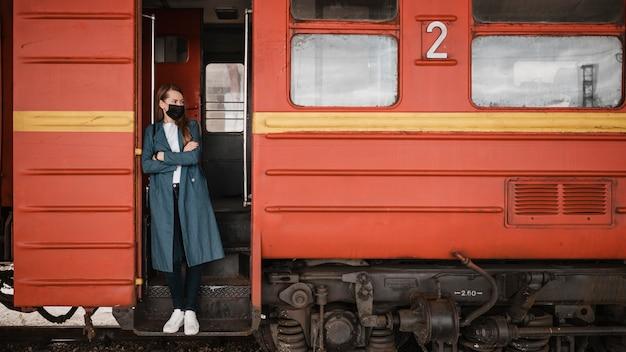기차의 계단에 서있는 여자