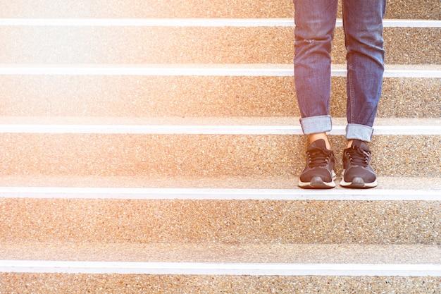 계단에 서있는 여자. 프리미엄 사진