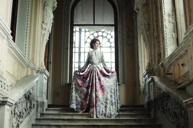 階段の上に立っている女性