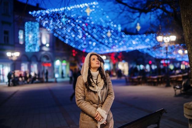 Женщина, стоящая на открытом воздухе на холодную погоду.