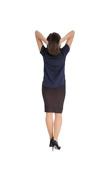 Женщина, стоящая спиной в платье, изолированном на белом фоне