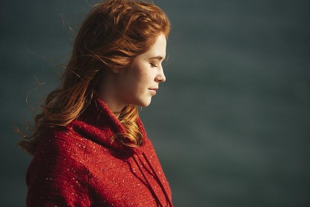 Женщина, стоящая с закрытыми глазами