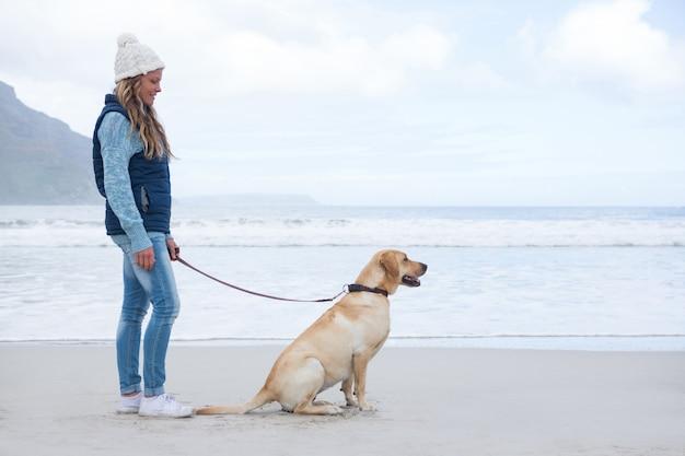애완 동물 강아지와 함께 서있는 여자
