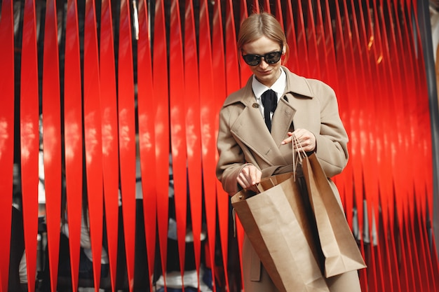 Женщина, стоящая с сумками