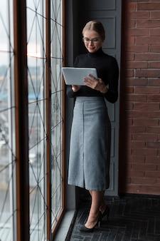タブレットで立っている女性