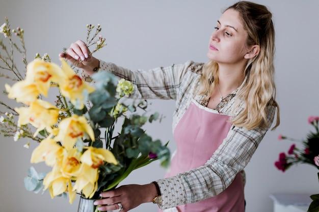 Donna in piedi con i fiori gialli
