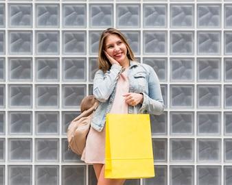 Женщина с желтой сумкой