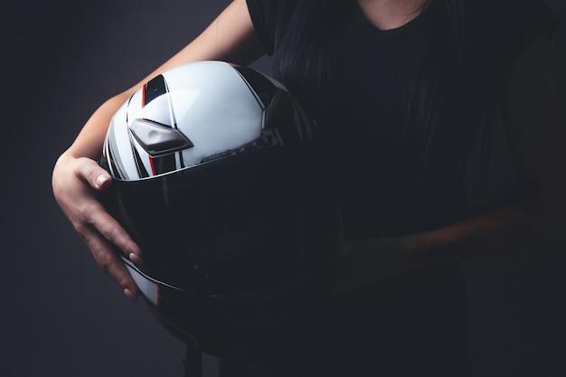 バイクのヘルメットを持って立っている女性