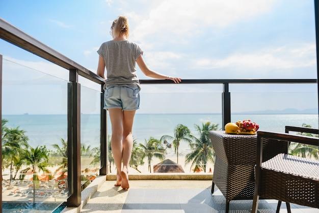 Женщина остаться на балконе отеля курорта