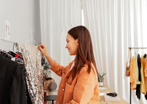 Donna in negozio che prova i vestiti