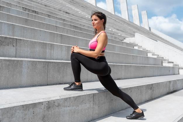 運動する前にストレッチする女性