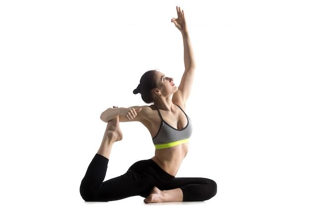 Женщина растяжения ее ноги
