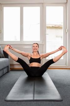 Женщина, растягивая ноги