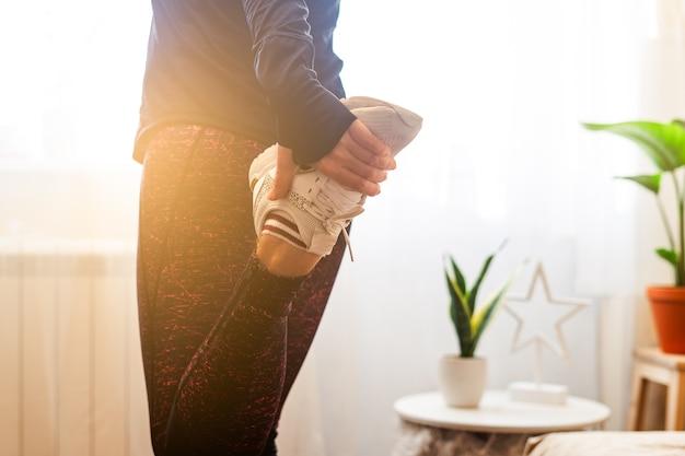 Женщина растягивает ногу