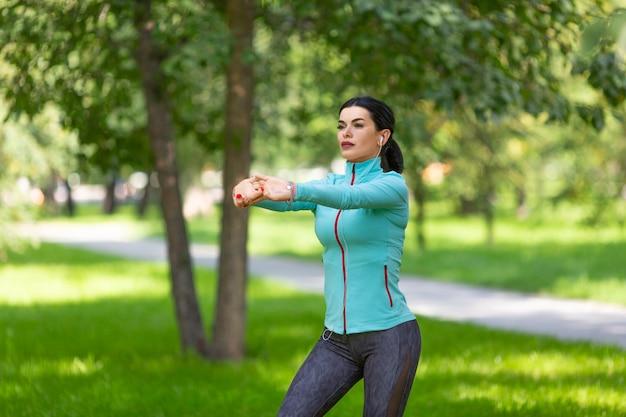 Женщина растягивает мышцы перед тренировкой