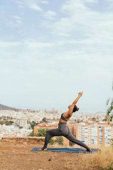 Donna che si estende e pratica yoga