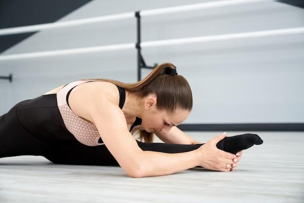 膝の上に頭でストレッチする女性