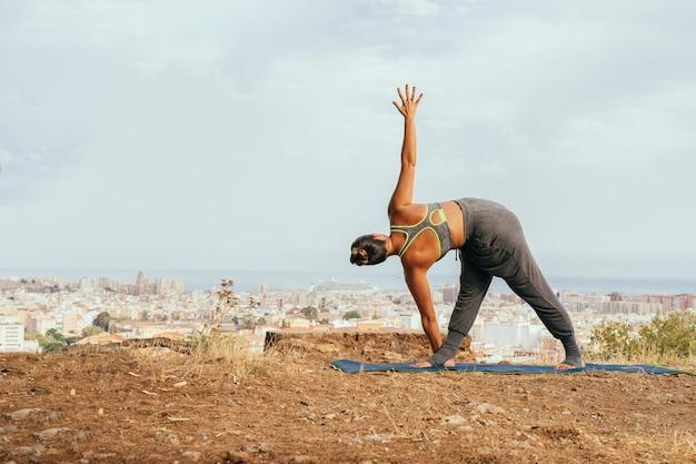 Donna che si estende con esercizi di yoga
