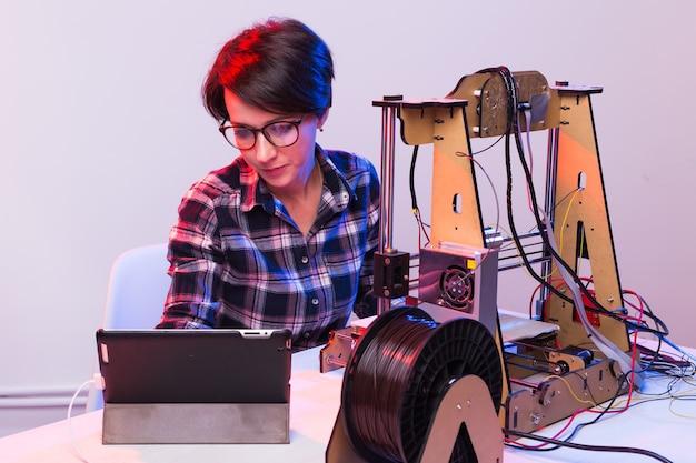 プリンターでアイテムを作る女子学生