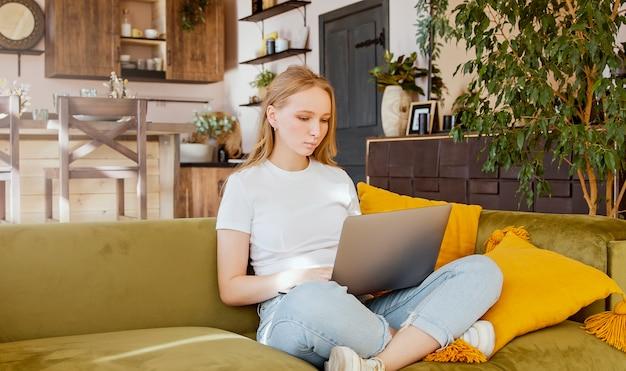 Студент женщина с помощью ноутбука дома. фрилансер, занимающийся покупками в интернете или дистанционное обучение.