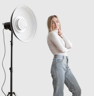Concetto di arte della foto della lampada dello studio e della donna