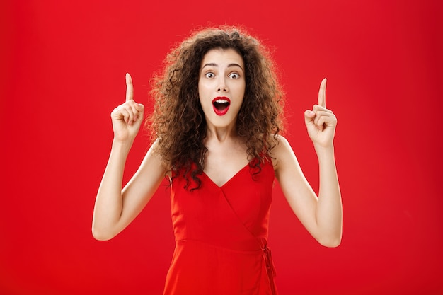 Ошеломленная и впечатленная огромными продажами одежды женщина задыхается и отвисает от удивления ...