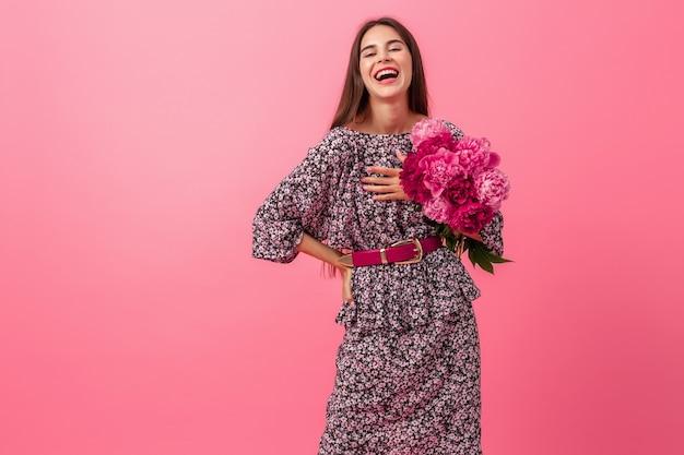 ピンクの背景の女性のスタイル