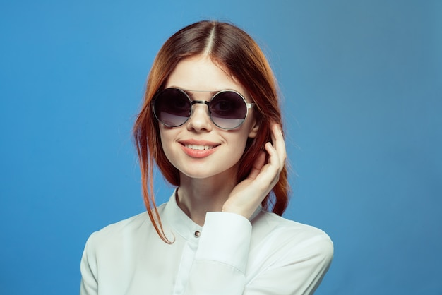 女性のスタイリッシュなメガネブルー